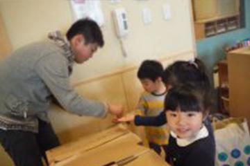 子どもたちのリクエストでお外でお弁当。